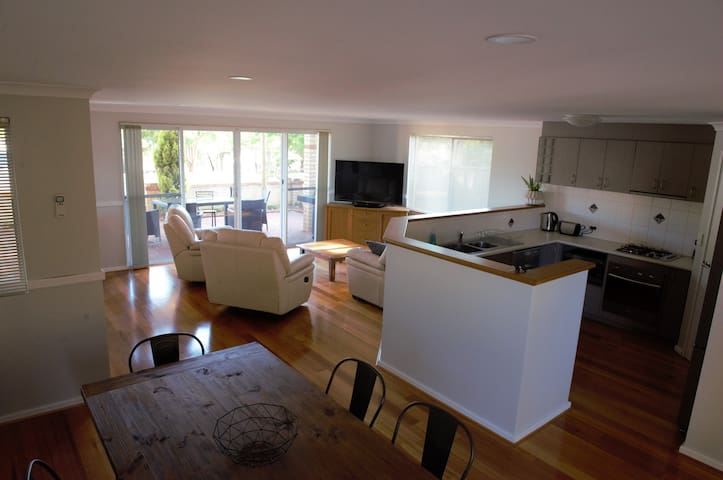 TOWN VIEW HOUSE - Right in the heart of town! - Margaret River - Casa