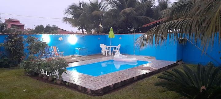 Casa com 2 quartos,piscina e grande área externa!