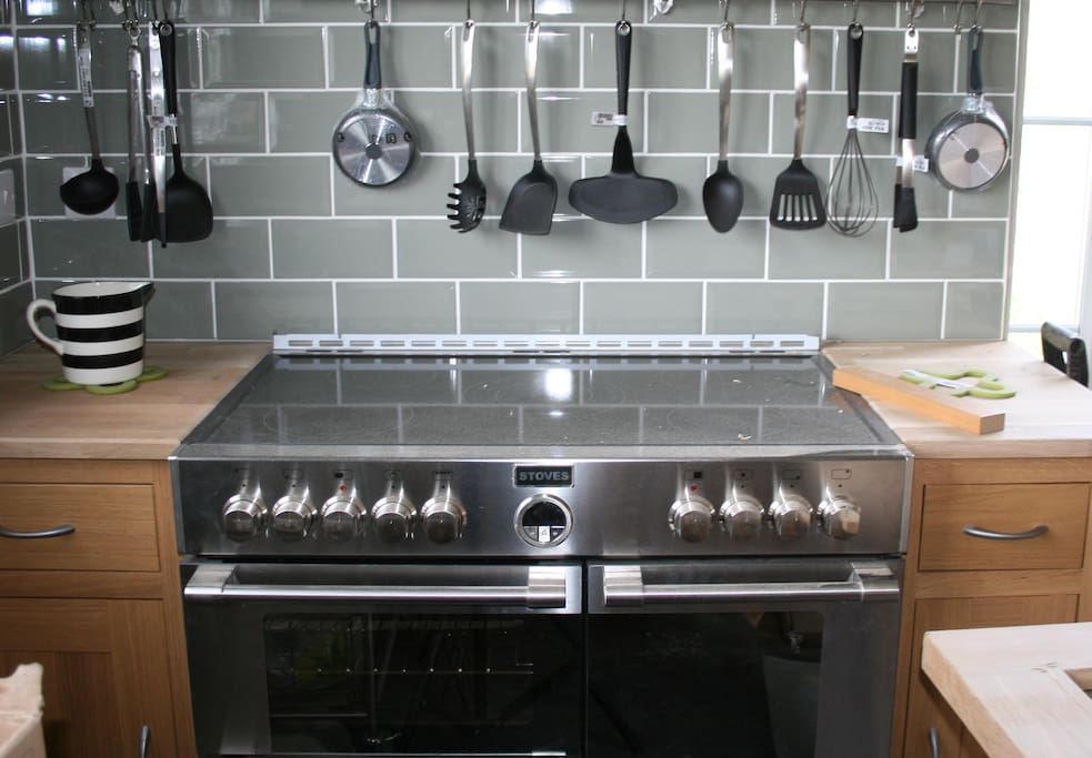 The range oven is electric with ceramic hob.