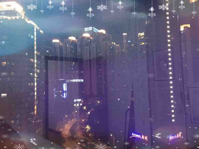 夜色降临,透过窗户家家户户灯光明亮也是另外一番景象