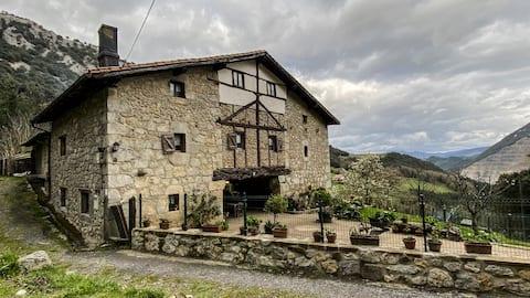 Caserio Rustico al pie de Mugarra