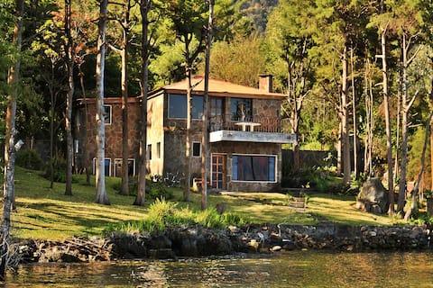 溫馨的湖畔民宅