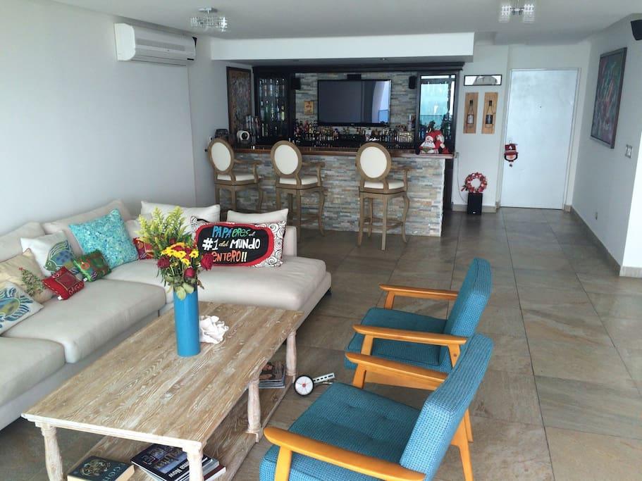Amplia Sala con Bar
