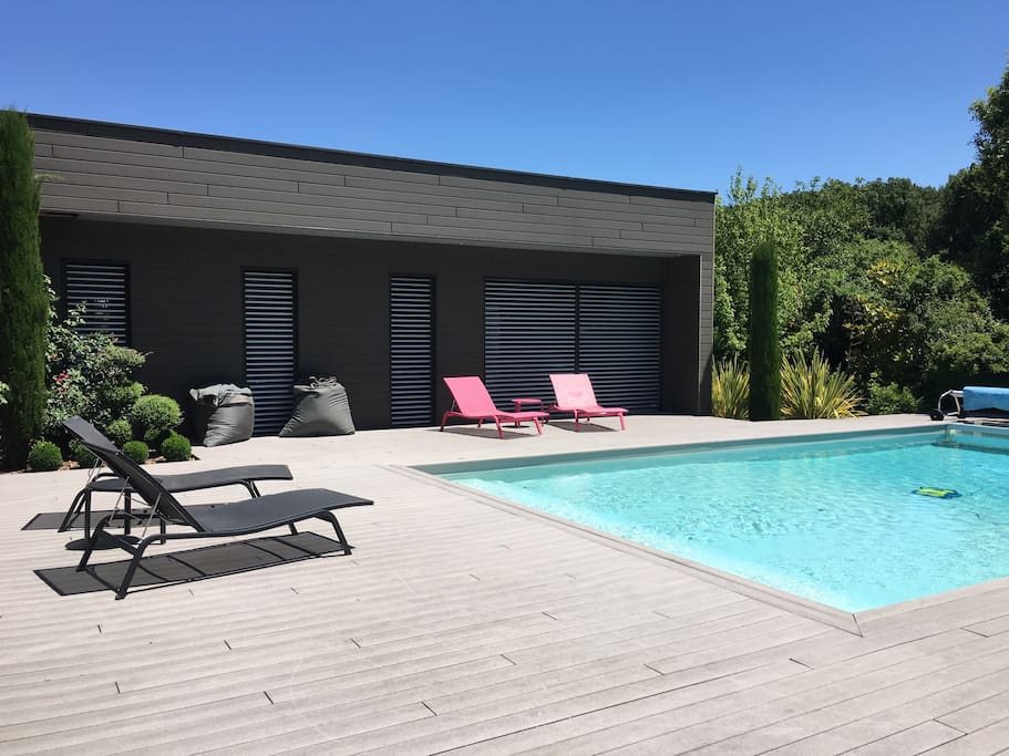 La magnifique piscine rectangulaire pour nager ou se tremper les pieds sur les escaliers
