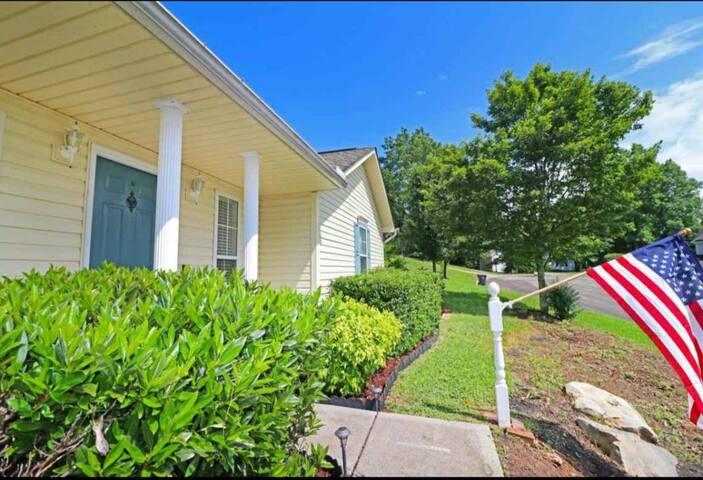 Spacious home near Knoxville Municipal Golf course