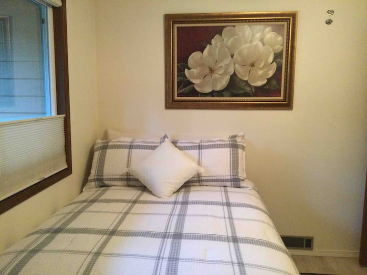 Lovely Bedroom one bed - 1 Guest - shared bathroom