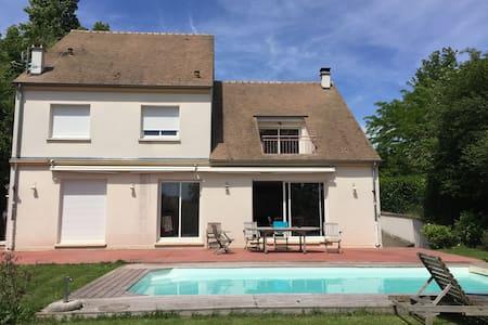 Chambre dans belle Villa proche de Paris