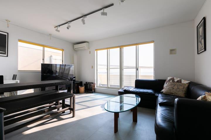 材木座海岸沿いの白い家( White house by the Ocean) TVで放映されました。