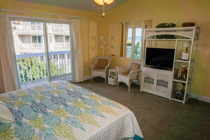 King Master Suite with Private with Cable TV and Ceiling Fan