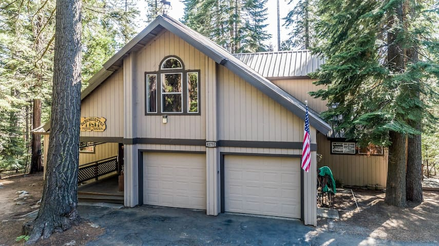 Cozy mt. home w/ fireplace, entertainment, & large yard - drive to the lake!