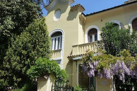 Luxury Liberty Villa next to Villa Borghese, Rome - โรม