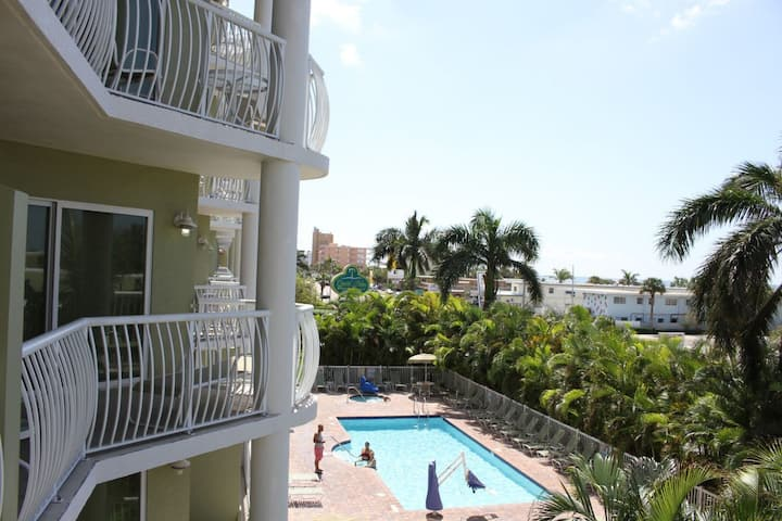 STEPS TO THE BEACH, 2 x 2BR SUITES, SUNSET VIEWS!