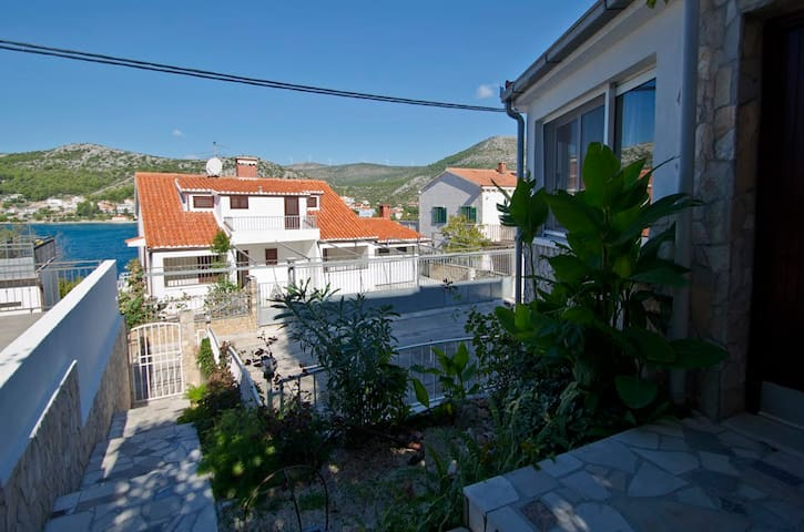 Apartment with a street view - Seget Vranjica - Appartement