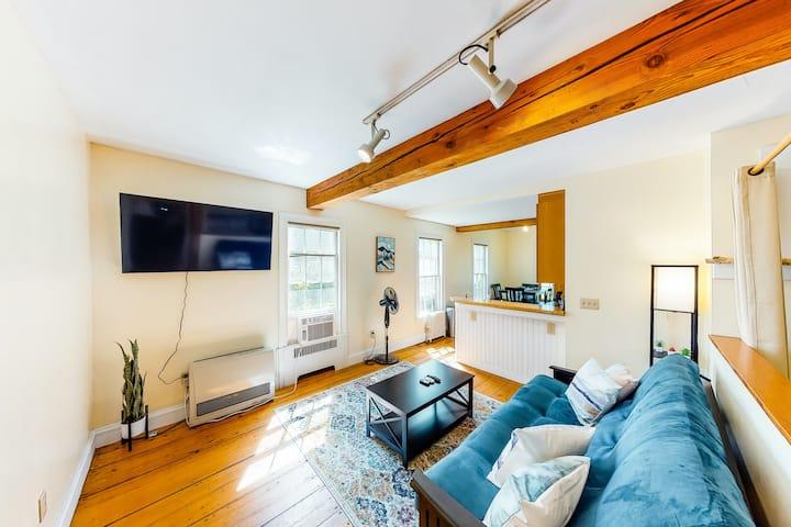 Welcoming studio w/ full kitchen, futon, partial AC - close to skiing & hiking!