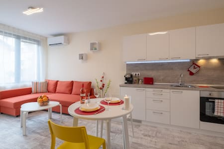 Bright & Chic  Parkside Apartment