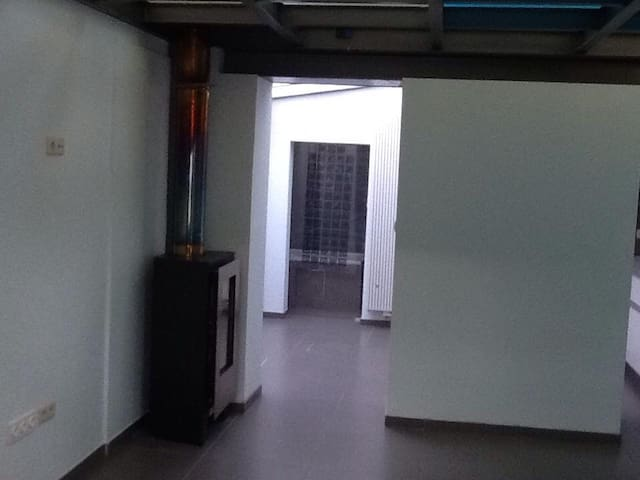 leefruimte keuken en achteraan de badkamer.