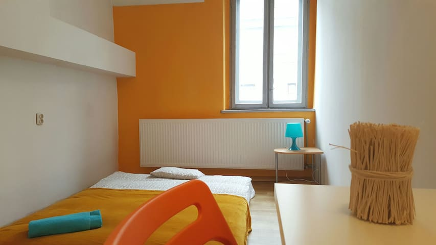 Nice room 150 meters away from the main station OR - Катовиче - Квартира