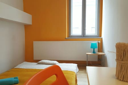 Nice room 150 meters away from the main station - Katowice - Daire