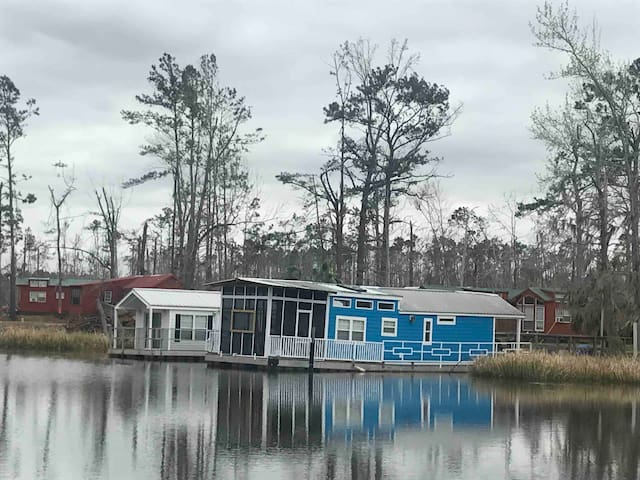 Cute little houseboat on lake Seminole