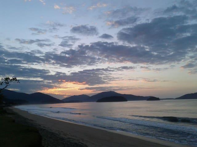 Foto do nascer do sol na praia da Massaguaçu