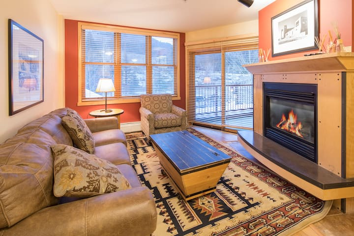 8174 | Cozy, wood floors, steps to the gondola!