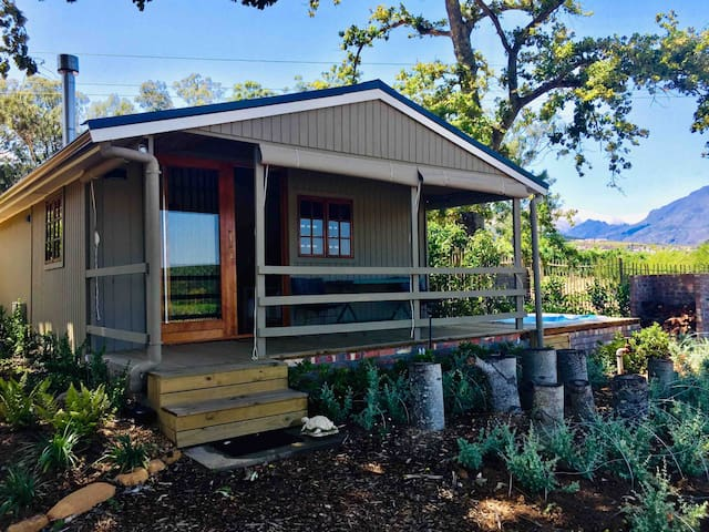 HoneyOak Tiny house on a Wine Estate with jacuzzi.