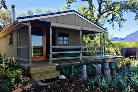 HoneyOak Tiny house on a Wine Estate with jacuzzi.