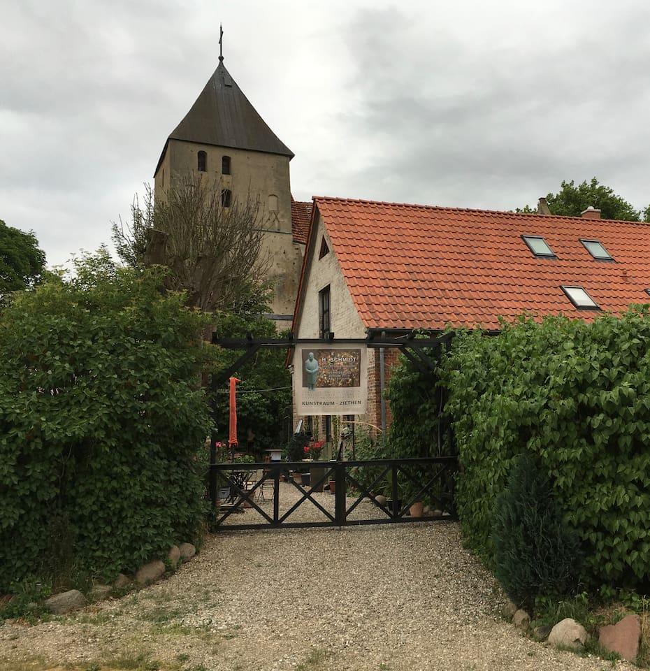 Unsere alte Schule vor bzw. hinter der Ziethener Kirche