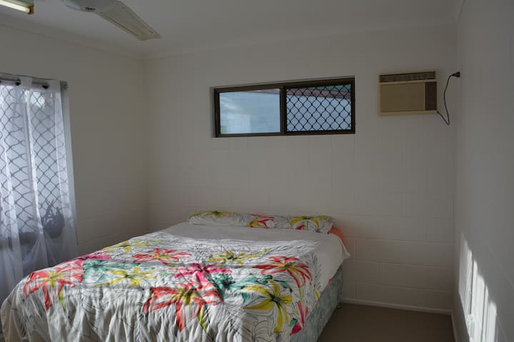 Pepperina Place - nice room, views, close to city - Mooroobool - Talo