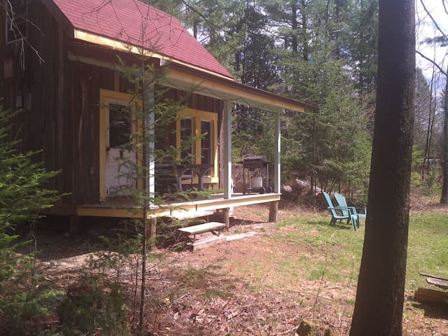 Petit chalet rustique**Rustic cottage in the woods - Bury - Cabaña