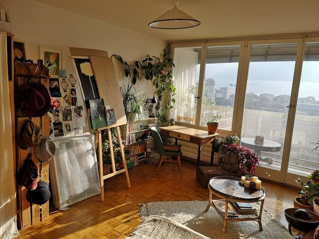 Bright artist studio with its view of the lake