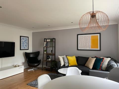 現代化的2居室公寓+免費停車位+距離市中心20分鐘