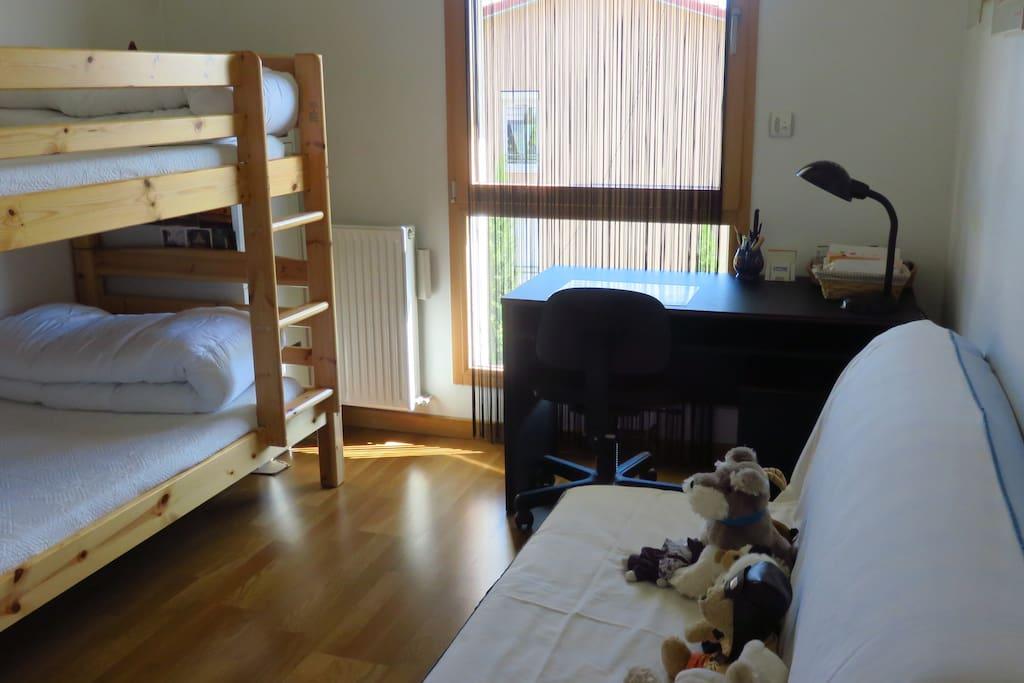 """Chambre """"Les Abécédaires de nos grand-mères"""" ,deux lits superposés,un clic-clac,un bureau."""