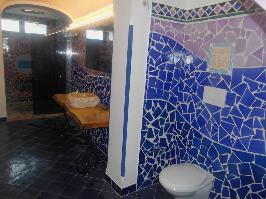 bagno in piastrelle vietresi e cabina doccia in cristallo