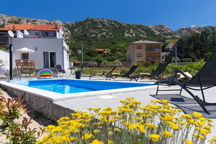 Apartment near the pool, barbecue, big  terrace