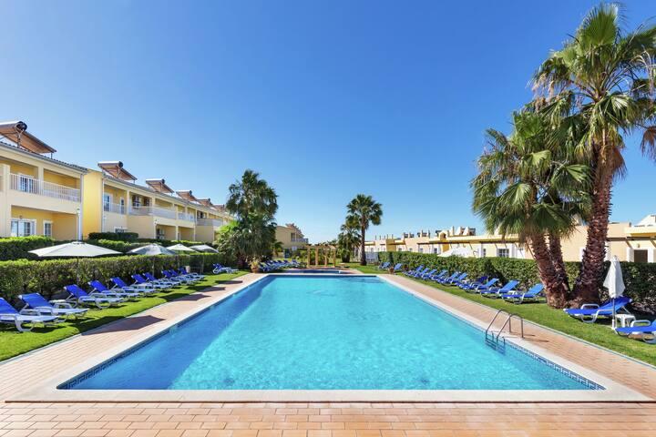 Appartement cosy situé à Pêra avec piscine
