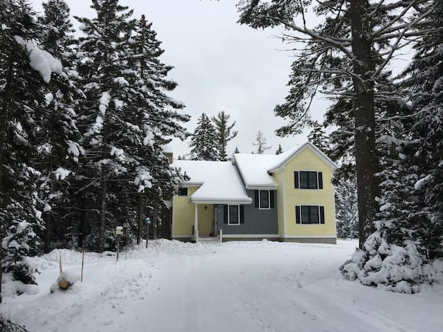 67ML: Bright cozy home in beautiful, private wooded setting - close to Santa's Village, White Mountains National Forest, Bretton Woods!  AIR CONDITIONED!