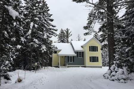 67ML: Bright cozy home in beautiful, private wooded setting - close to Santa's Village, White Mountains National Forest, Bretton Woods!  AIR CONDITIONED! PROFESSIONALLY MANAGED!