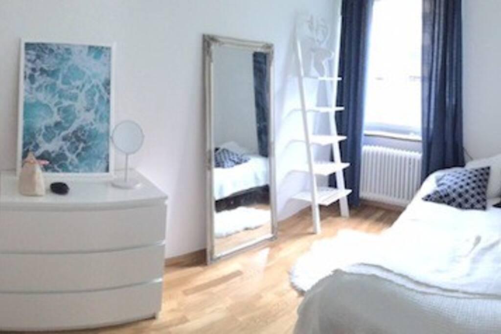 Sovrum med 160-säng.  Bedroom with a 160 cm wide bed.