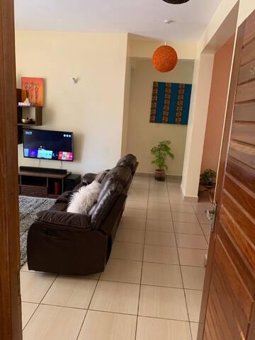 Free WIFI,washing machine,leather confy sofas.