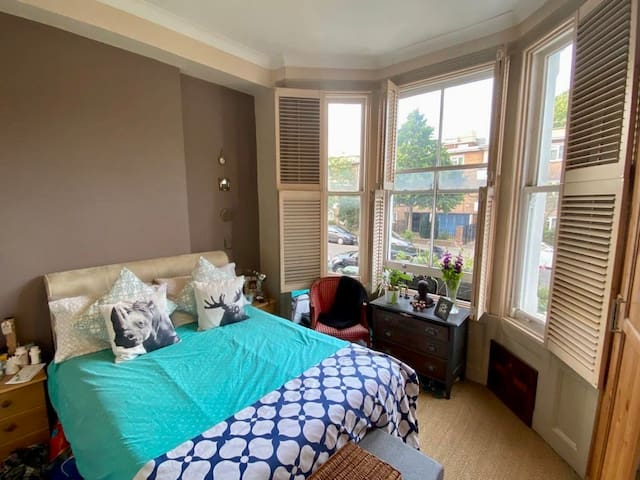 Stylish, garden flat Clapham North