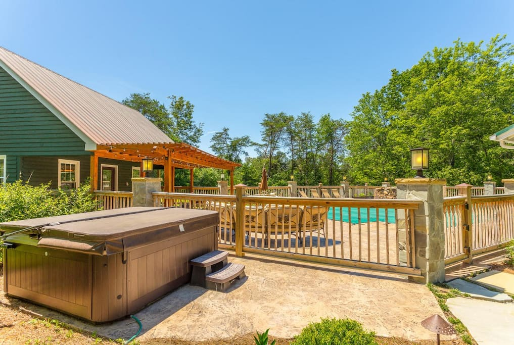 Hot Tub, 20x 40 foot SALTWATER pool with large fence- enclosed patio and seating. Pool House, Patio.