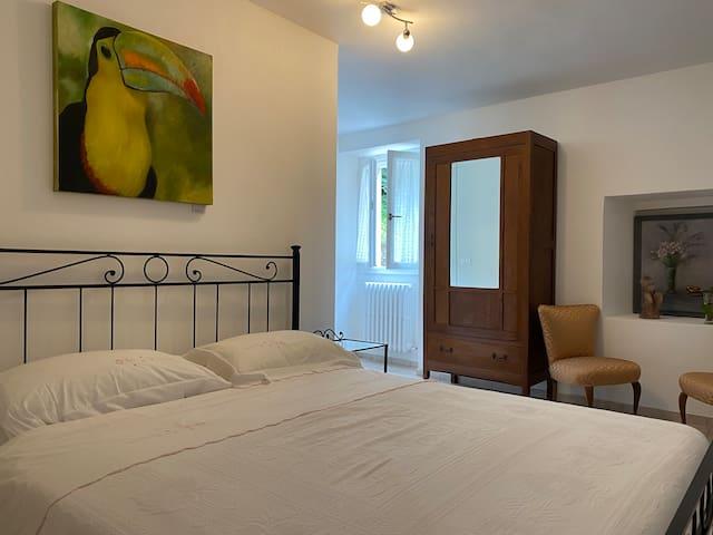 Camera da letto con aria condizionata, la camera da letto si trova sopra il mio studio nel primo piano. E' una camera grande e bella fresca d'estate.