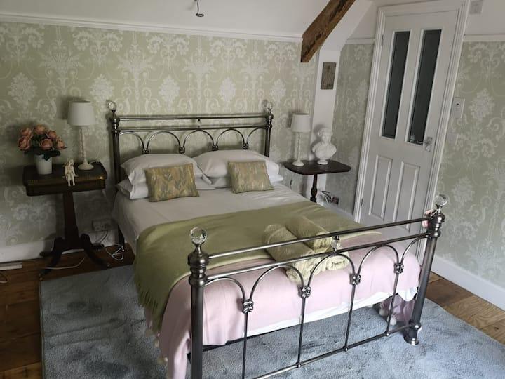 Green Room. Tasteful en suite room in listed house