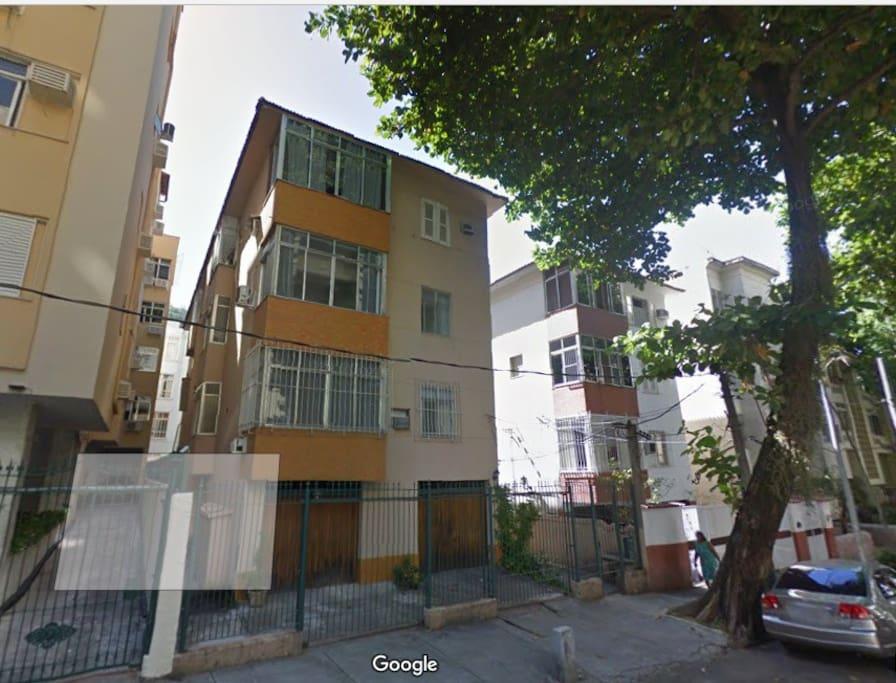 Fachada do edifício no tranquilo Bairro Peixoto, no coração de Copacabana - Rio de Janeiro - RJ.