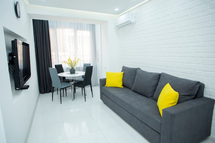 ★Sun-Splashed Suite in City Center - FREE Parking★