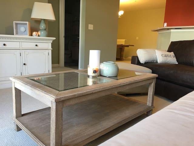 Tranquil, spa-vibe condo, walkable to Starbucks!