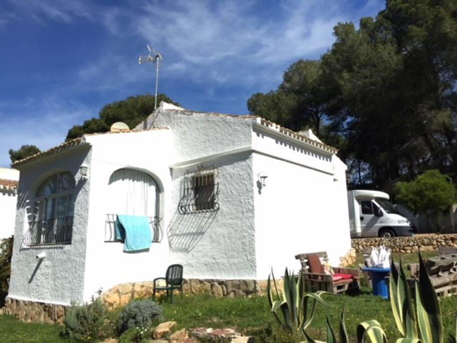 Consta de dos habitaciones, cocina, baño completo, saloncito y comedor en terraza acristalada.