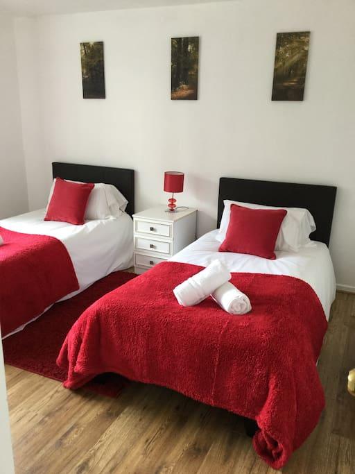 nice 4 bed house near basildon towncentre sleeps 8 maisons de ville louer basildon. Black Bedroom Furniture Sets. Home Design Ideas