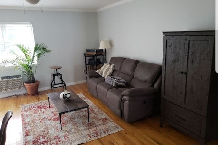 Cozy&quiet 2bdr apt, 20 minutes on F train to city